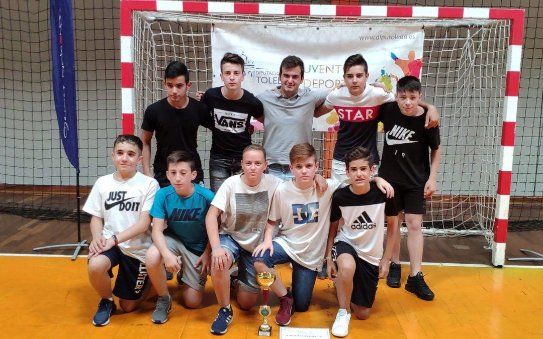 El Equipo Infantil A, recibe el Trofeo de Subcampeón Provincial de Futbol Sala.